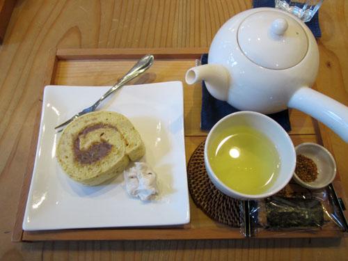 「桜のロールケーキ」と「韃靼そば茶」