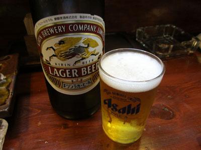 瓶ビールにチェンジ。グラスはなぜかアサヒ