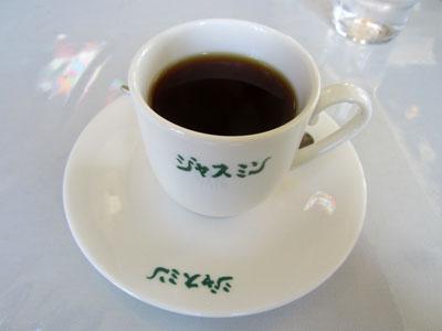 カップとお皿に店名が書かれている