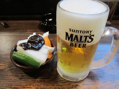 キンキンに冷えた生ビールと野菜スティック
