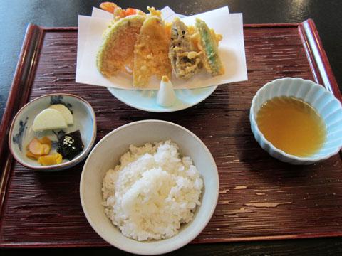 まず運ばれてきたのは、天ぷらと天つゆ、ご飯とお新香