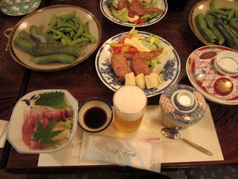 テーブルにはすでに料理が並んでいた