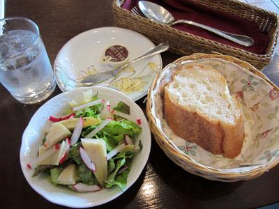 サラダとパンが運ばれて来た