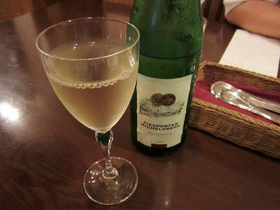 恒例の白ワインで乾杯
