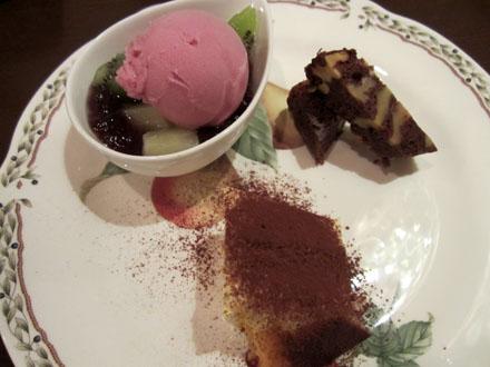 デザートは巨峰のシャーベットとフルーツのジュレ、チョコレートブラウニー、ティラミス