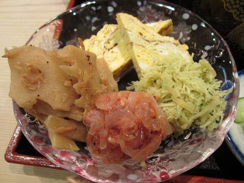 筍イサダ煮、桜海老の塩辛、ホタテの山椒炊き、出し巻玉子