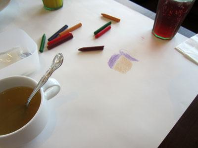 テーブルの白い大きな紙は絵が描けるようになっている