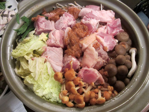 こちらは肉がメインの鍋