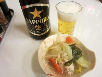 瓶ビールで乾杯。お通しは味噌ちゃんこ
