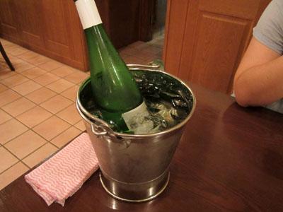 いつものようにボトルは氷水の入ったワインクーラーへ