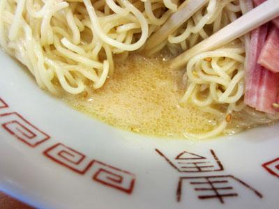 麺の下には胡麻の効いたスープが