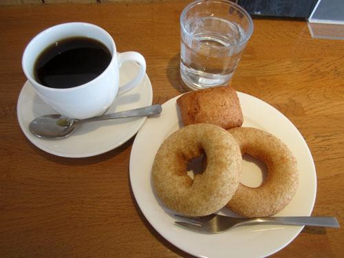 コロンビアコーヒーとドーナツ3つ