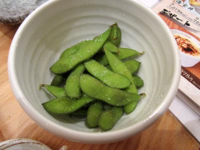焼けるのを待つ間、枝豆を