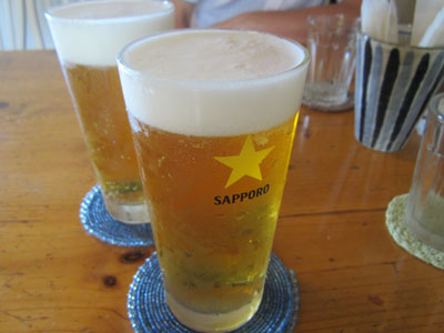まずは生ビールでノドを潤す