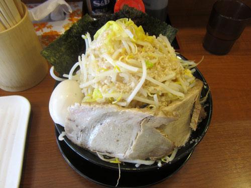 これが「心元みそ」野菜大盛り、ニンニク少なめ、味辛め、背脂トッピングだ