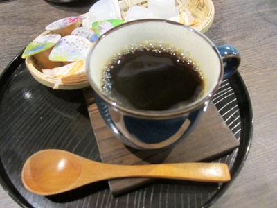 食後にコーヒーを飲んでひと息