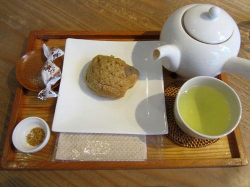 「ココナッツオイルのスパイシースコーン」と「韃靼そば茶」