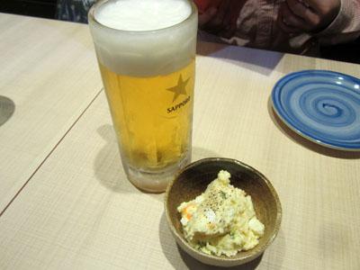 「晩酌1000円セット」の生ビールと小鉢3品の1つ