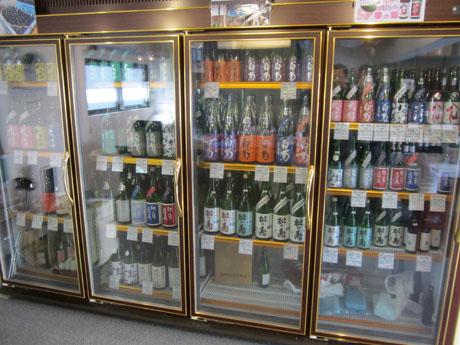 冷蔵ケースの中には通好みの日本酒がいっぱい