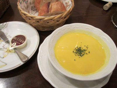 冷たいカボチャのスープとバケット