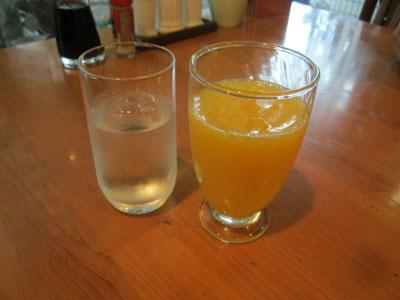 まずはお冷とオレンジジュース
