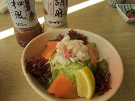 本ズワイ蟹とサーモンのサラダ