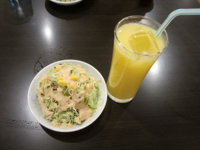 マンゴーラッシーとサラダ