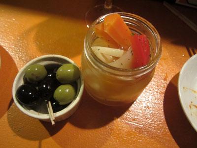 「オリーブ盛り合わせ」と「彩り野菜の自家製ピクルス」