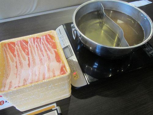 お鍋と肉が運ばれて来た