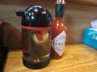 卓上にある調味料は酢とタバスコだけ