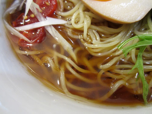 湯気もなく脂も浮いてない涼しげなスープ