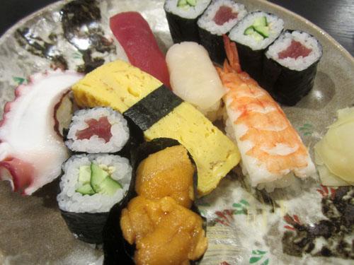 寿司はにぎり6貫に巻物が2つ