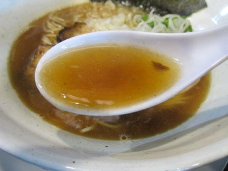 スープは熱々で旨い