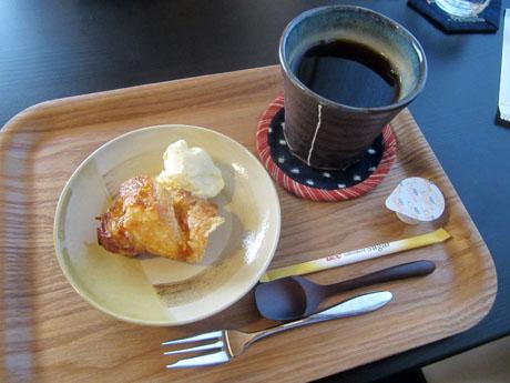 アップルパイのアイスクリーム添えとコーヒー