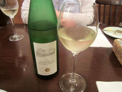 冷えた白ワインで乾杯