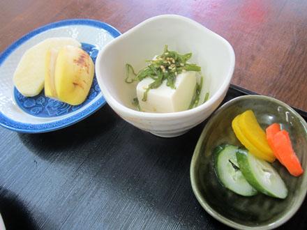 果物と小鉢、香の物