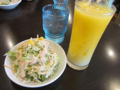 サラダとマンゴーラッシー