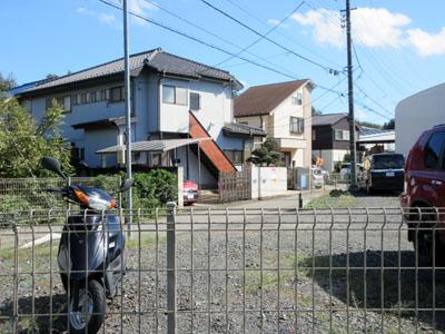 右の住宅に何やら幟が見える