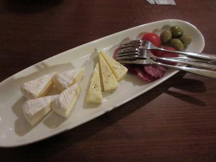 追加のチーズとサラミ