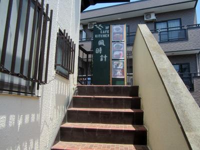 階段を見ると、上へと誘う看板が