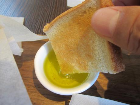 トーストはオリープオイルに付けて食べる