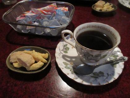 食後にはお菓子とコーヒーが付く