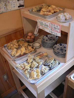 各種天ぷらとおにぎり、ゆで卵