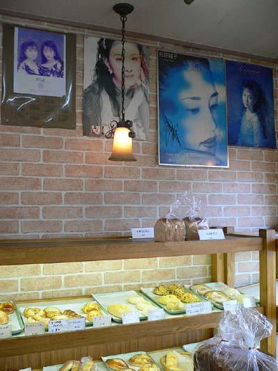 店内に飾られている相田翔子のポスター