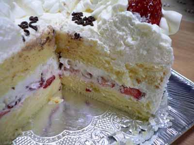 生クリームとイチゴだけのシンプルなケーキ