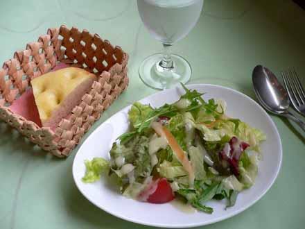 フォカッチャとサラダ