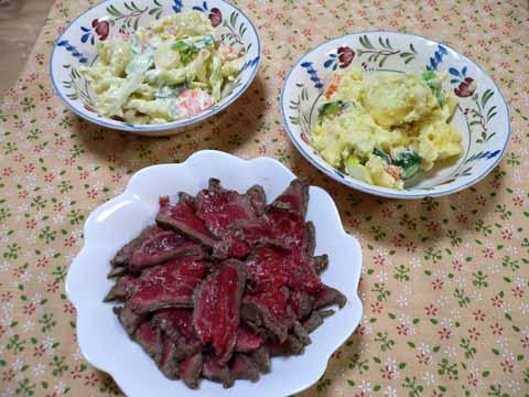 お皿に盛りなおした和牛タタキとポテトサラダ、マカロニサラダ