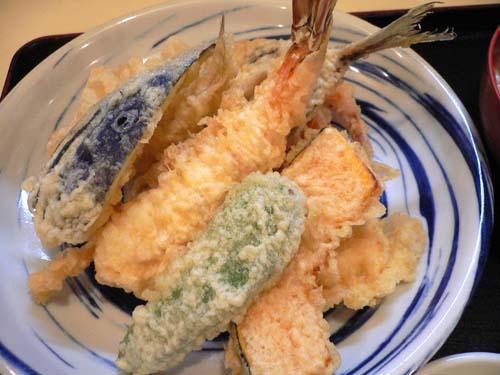 天ぷらの盛り合わせ。まさにてんこ盛りだ