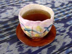 手製の器で出されるジャスミン茶