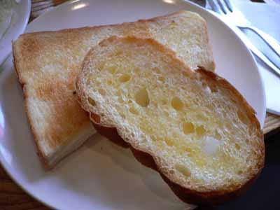 パンは普通のトーストとフランスパン
